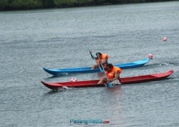 Lomba dayung sampan single putra di Pelabuhan Tuapeijat. (ers)