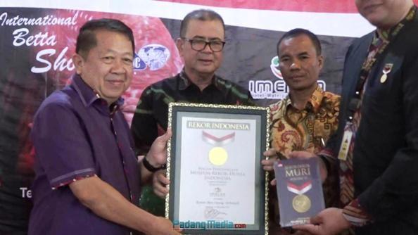 Wagub Sumbar Nasrul Abit didampingi Kadis Kelautan dan Perikanan Provinsi Sumbar Yosmeri menyaksikan penyerahan piagam rekor MURI kepada panitia lomba Ikan Cupang Hias di Padang, Minggu (10/9). (dio)
