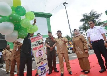 Plt Sekda Padangpanjang bersama Kepala Dinas Kesehatan Sumbar dan pejabat lainnya saat launching layanan online dan bus gratis di RSUD Padangpanjang. (foto: humas)
