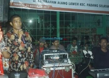 Anggota DPRD Kota Padang, Aprianto saat mengisi reses di Alang Laweh. (baim)