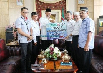 UPZ PT Semen Padang menyerahkan bantuan untuk muslim Rohingya. (foto: humas)