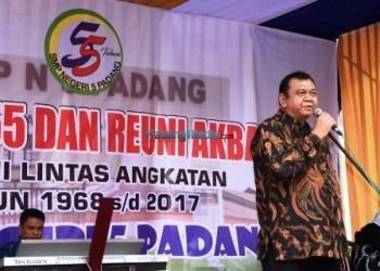 Ketua DPRD Provinsi Sumatera Barat Hendra Irwan Rahim menghadiri Ultah dan temu alumni SMPN 55 Padang, Sabtu (2/12). (febry)
