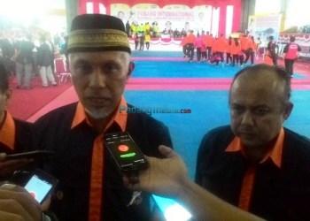 Ketua Inkado Sumbar Wahyu Iramana Putra bersama Walikota Padang Mahyeldi saat pembukaan Padang International Karate Championship 2017, Jumat (1/12). (febry)