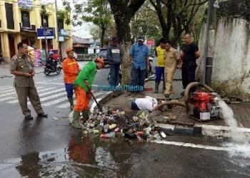 Petugas dari Dinas PPLH dan Satpol PP Padangpanjang bergotong royong membersihkan saluran air untuk mengantisipasi banjir. (foto: humas)