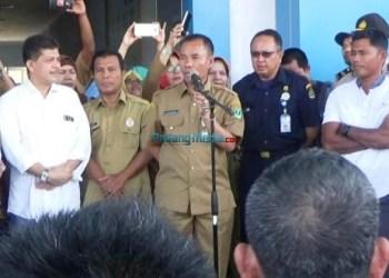 Kadis Kelautan dan Perikanan Provinsi Sumatera Barat Yosmeri menerima kedatangan nelayan kapal bagan, Selasa (2/1) yang menuntut revisi Permen KP nomor 71 tahun 2016. (febry)