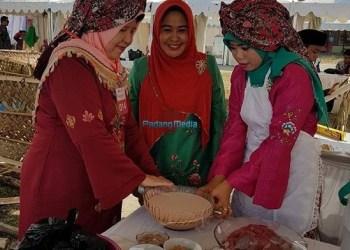 Ketua TP PKK Kab.Agam bersama tim memasak rendang dalam lomba memasak rendang dalam rangkaian peringatan HPN 2018 di Kota Padang. (fajar)