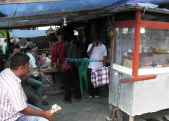 suasana makan gratis di Warung Nasi Uncu di Jalan Perak Kampung Jao Kecamatan Padang Barat. (febry)