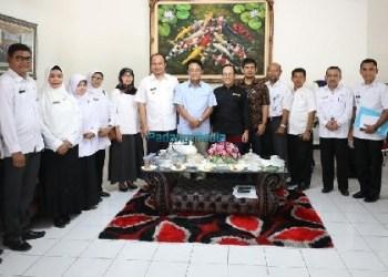 Pertemuan Kepala Pusat Penelitian Limnologi LIPI, DR. Fauzan Ali dengan Bupati Agam, Indra Catri dan Wakil, Trinda Farhan Satria bersama jajaran Kepala OPD Kab.Agam. (fajar)