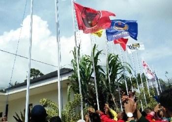 Pengibaran bendera partai peserta Pemilu sebagai salah satu tahapan sosialisasi pemilu di Padangpanjang. (de)