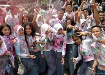 Foto: DANIL SIREGAR/SUMUT POS Pelajar SMA melakukan corat-coret seragam sekolah di kawasan Komplek Setia Budi Medan, Rabu (6/4). Aksi corat-coret seragam ini dilakukan pelajar sebagai ungkapan kegembiraan seusai menyelesaikan UN.