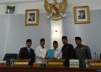 Walikota Hendri Arnis menyerahkan LKPj kepada Ketua DPRD Padang Panjang Novi Hendri. (*)
