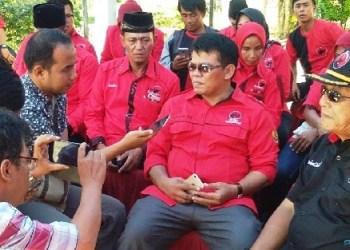 Dasrial Ery saat diwawancarai wartawan. (tumpak)
