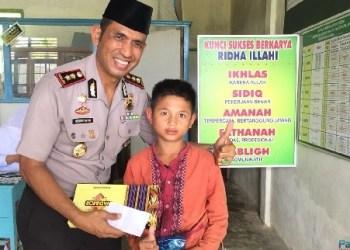 Kapolres Mentawai AKBP Hendri Yahya bersama salah seorang anak yang disunat. (ers)