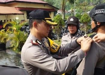 Kapolres Padangpanjang, Cepi Noval menyematkan  pin menandai digelarnya Operasi Mantap Brata Singgaalang 2018. (de)