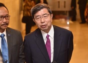Presiden ADB Takehiko Nakao didampingi tokoh perbankan Indonesia, Sigit Pramono, menjawab wartawan di BNDCC, Nusa Dua, Bali, Jumat (12/10) siang. (Foto: humas setkab)