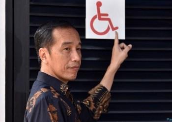 Presiden Jokowi menunjuk contoh salah satu fasilitas umum yang ramah bagi penyadang disabilitas, di Stadion Utama GBK, Jakarta, Selasa (16/10) pagi. (Foto: Humas)