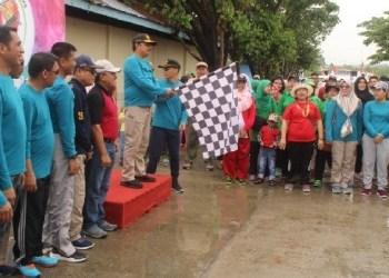 Jalan santai dibuka Kajati Sumbar didampingi Bupati Mentawai di Km.0 Tuapeijat. (ers)