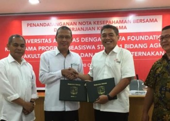 Foto MOU : Ki-Ka = Dr.Ir.Endry Martius, M.Sc (Wakil Rektor IV Unand), Prof.Dr.Tafdil Husni, SE, MBA (Rektor Unand), Andi Prasetyo (Head of JF), Anwar Tandiono (Head of Unit Padang PT. Japfa Comfeed Indonesia)- Pakai Batik. (ist)