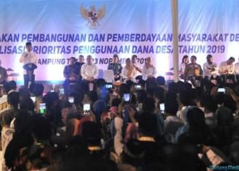 Presiden Jokowi menghadiri Evaluasi Kebijakan Pembangunan dan Pemberdayaan Masyarakat Desa dan Sosialisasi Prioritas Penggunaan Dana Desa Tahun 2019, di Lampung Timur, Jumat (23/11) malam. (Foto: JAY/Humas)