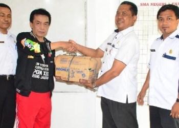 Camat Koto Tangah membawakan buah tangan untuk Kontingen Kota Padang. (der)