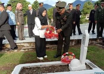 Acara tabur bunga dalam rangka peringatan hari pahlawan tahun 2018 di TMP Padangpanjang. (de)