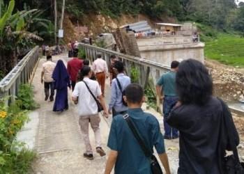 Wakil Ketua DPRD SUmbar Guspardi Gaus meninjau proyek jembatan Lubuk Gadang, Palembayan Kabupaten Agam, Sabtu (15/12). (Febry)