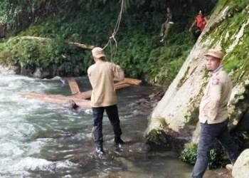 Petugas gabungan menemukan kayu olahan di hulu sungai Kubang Gantiang Kecamatan Lengayang. (rio)