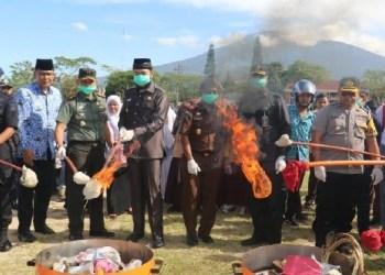 Pemusnahan KTP rusak di Padangpanjang. (de)