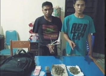 Dua pelaku penyalahgunaan narkotika saat diamankan Satnarkoba Polres Tanah Datar, Selasa (22/1) malam. (ries)