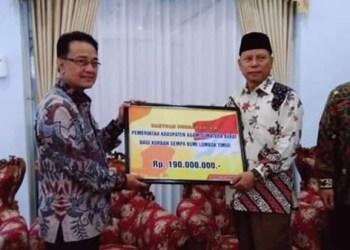 Bupati Agam Indra Catri menyerahkan bantuan bagi korban gempa di Lombok. (ist)