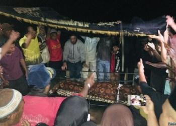 Proses pemakaman Robby, santri korban penganiyaan di ponpes di kawasan Kab.Tanah Datar. (de)