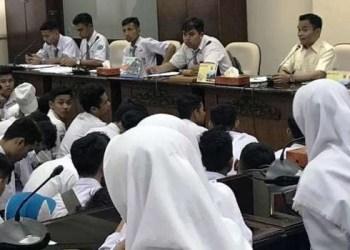 Hidayat menerima kedatangan siswa SMAN 5 Padang, Selasa (12/3/2019). (ist)
