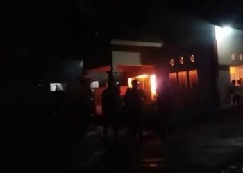Aula kantor camat Tarusan yang terbakar.  (ist)