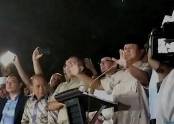 Prabowo sesaat sebelum melakukan sujud syukur, Rabu (17/4/2019) malam. (foto: ist)