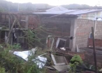 Salah satu rumah di Sawahlunto yang rusak atapnya karena angin kencang. (tumpak)