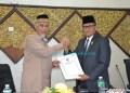 :Ketua DPRD Padang Syafrial Kani menyerahkan nota pengesahan RPJMD Padang 2019-2024 kepada Walikota Mahyeldi.