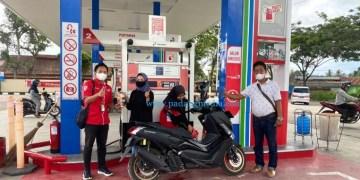 Petugas SPBU sedang mengisi BBM kendaraan pelanggan. (ist)