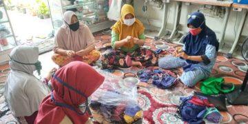 Aktivitas Pelaku UMKM binaan Pertamina memproduksi masker. (ist)
