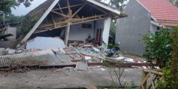 Salah satu rumah rusak akibat gempa di Jatim. (BNPB)