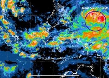 Citra satelit yang menunjukkan adanya pertumbuhan bibit siklon tropis 94W (lingkaran biru) di Samudera Pasifik utara Papua, Senin (12/4/2021). (BMKG)