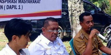 Anggota DPRD Pessel Aprinal Tanjung (baju putih). (Zal)