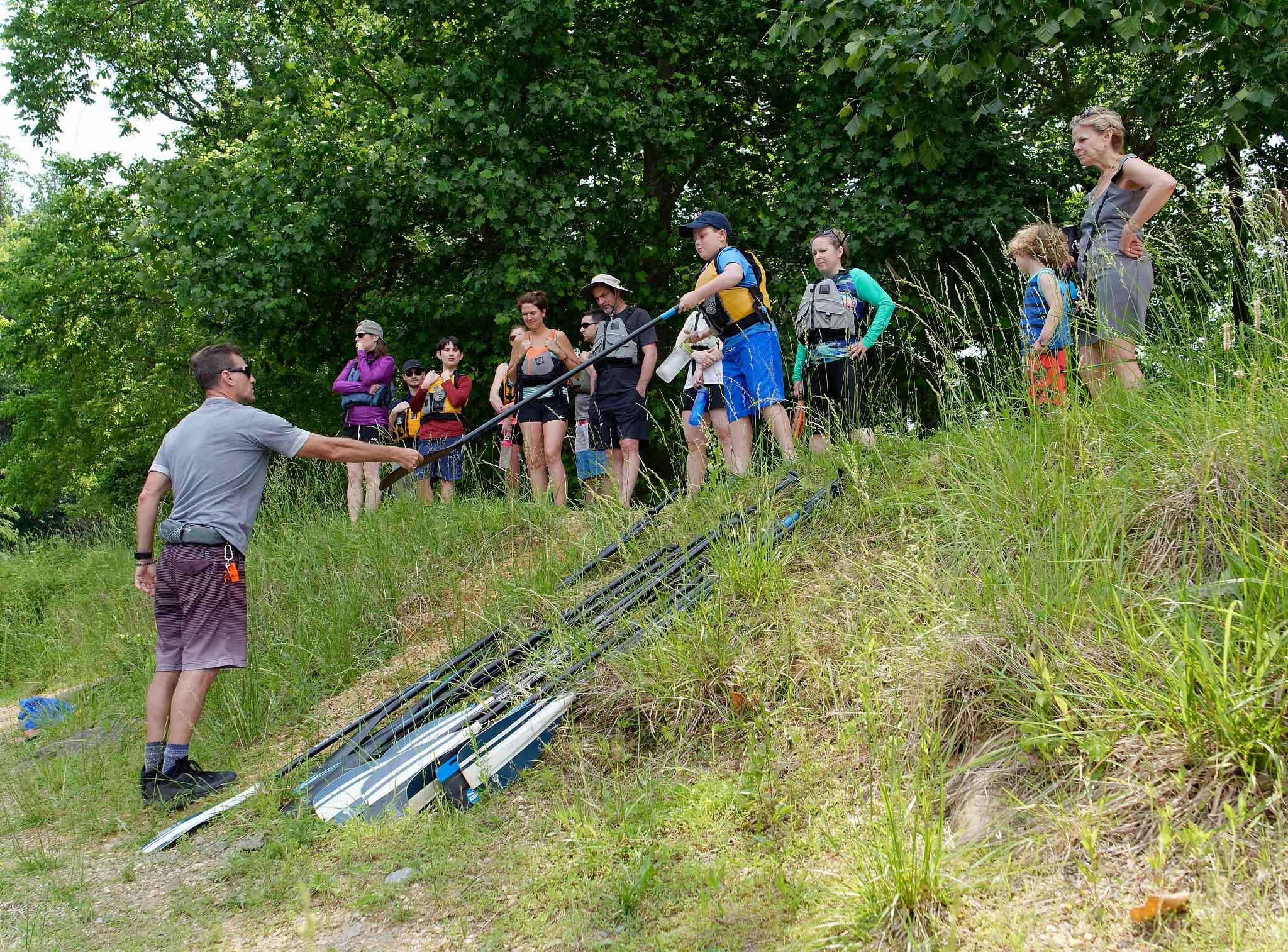 Paddlestroke SUP 1 Lesson handing paddle to new paddler