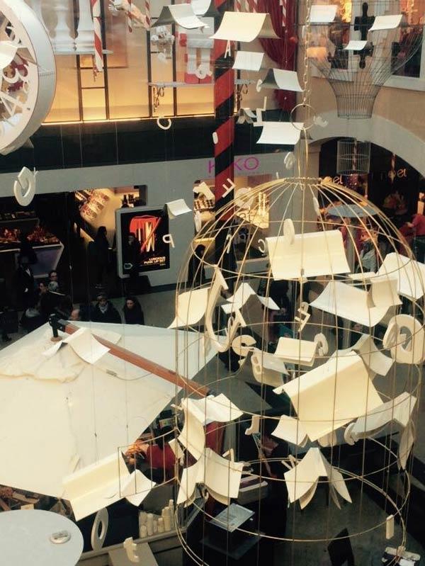 scénographie, mise en espace, visual merchandising, présentation, décor, décoration, visitation, centre commercial, wonderland, alice au pays des merveilles, livres volants, cage, lettres, montgolfière, ballon, horloge