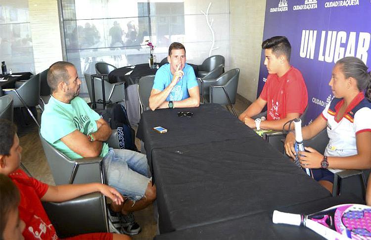 Paquito Navarro charla con las promesas de Padelmanía