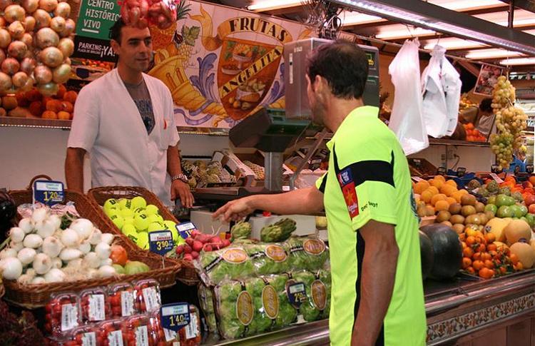 Juan Martín Díaz, de compras en el Mercado de Valencia