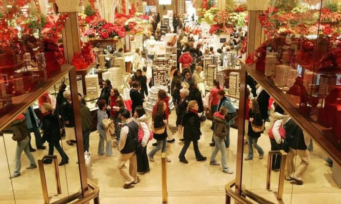 gente comprando en navidad