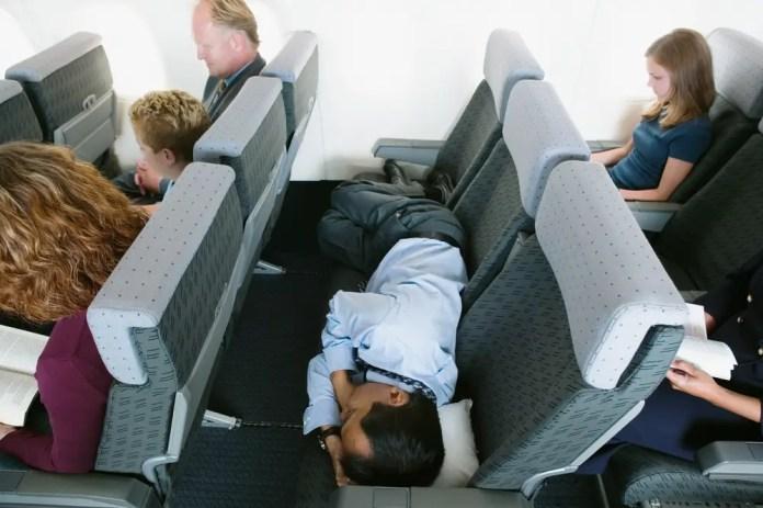 cual es la forma mas comoda para dormir en un avion