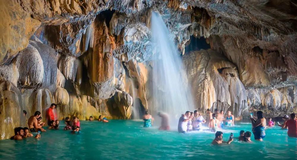 personas en las grutas de tolantongo