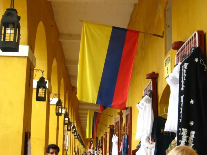 serie de tiendas de souvenirs construidas en las antiguas celdas en la antigua cárcel de Cartagena