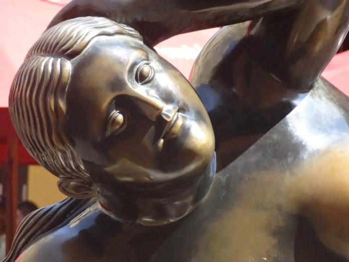 tocar el pecho izquierdo de la famosa estatua de 'Fat Gertrude' de Fernando Botero le da suerte a cualquiera.
